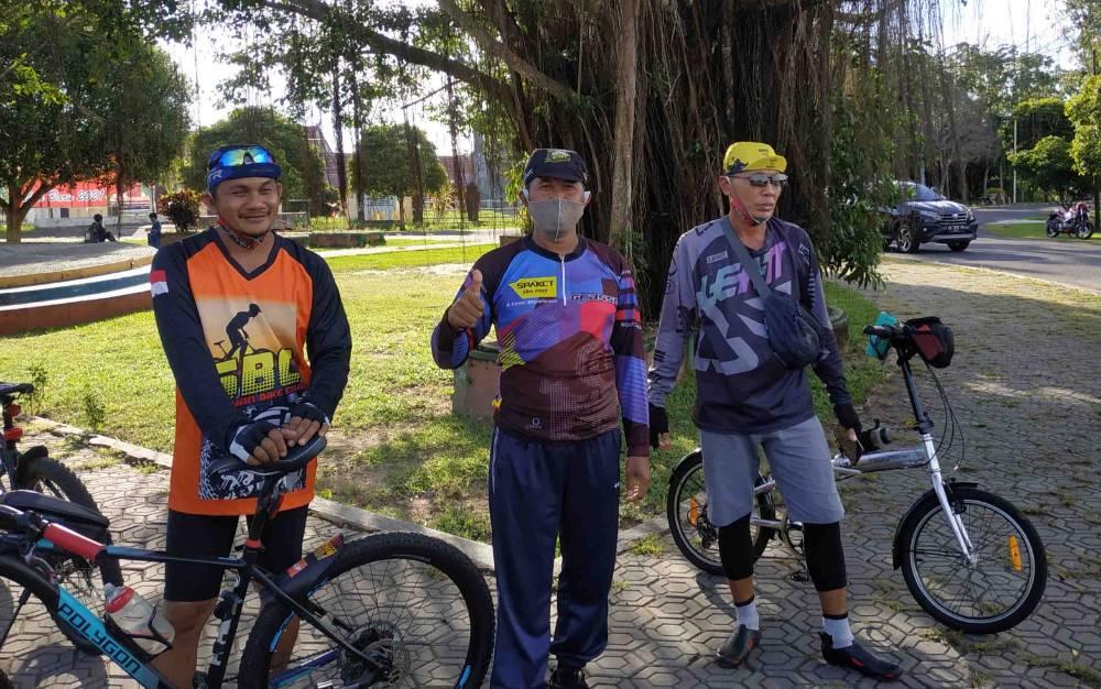 Warga pecinta olahraga sepeda saat berada di kawasan Bundaran II Kuala Pembuang.