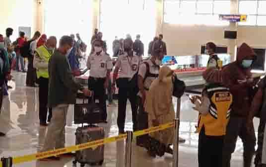 Penumpang pesawat di terminal kedatangan Bandara Iskandar Pangkalan Bun.