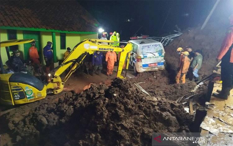 Petugas SAR melakukan proses pencarian korban longsor di Desa Cihanjuang, Kecamatan Cimanggung, Kabupaten Sumedang. (ANTARA/Bagus Ahmad Rizaldi)