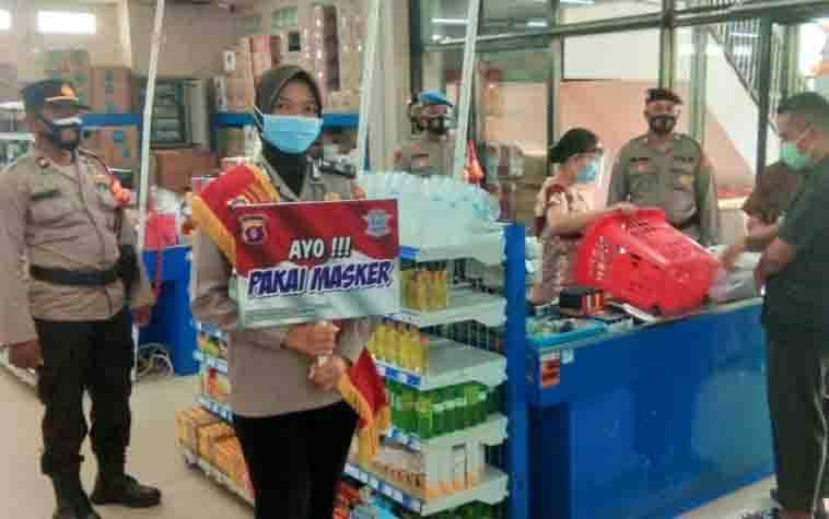 Anggota Satgas Aman Nusa II Polresta Palangka Raya saat melaksanakan patroli pendisiplinan Prokes di swalayan sekaligus sosialisasi 3M dengan menggunakan papan portable.