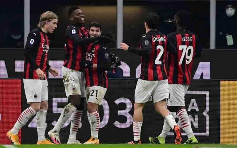 Para pemain AC Milan merayakan gol yang dicetak Rafael Leao (kedua dari kiri) pada pertandingan Liga Italia melawan Torino yang dimainkan di Stadion San Siro, Milan, Sabtu (9/1/2021). (foto : ANTARA/AFP/MIGUEL MEDINA)