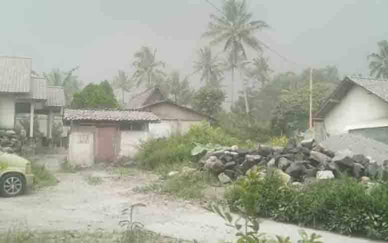 Ilustrasi - Hujan abu di Desa Mangunsuko, Kecamatan Dukun Kabupaten Magelang, setelah terjadi erupsi Gunung Merapi. (foto : ANTARA/Dokumen)