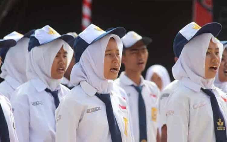 Pelajar SMP saat ikuti upacara bendera.