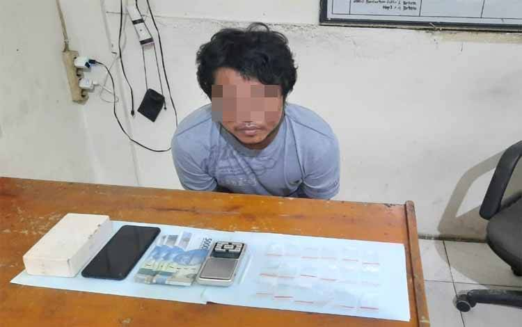 Tersangka pengedar sabu saat diperiksa di ruang Satreskoba Polres Kotim setelah dilakukan penangkapan
