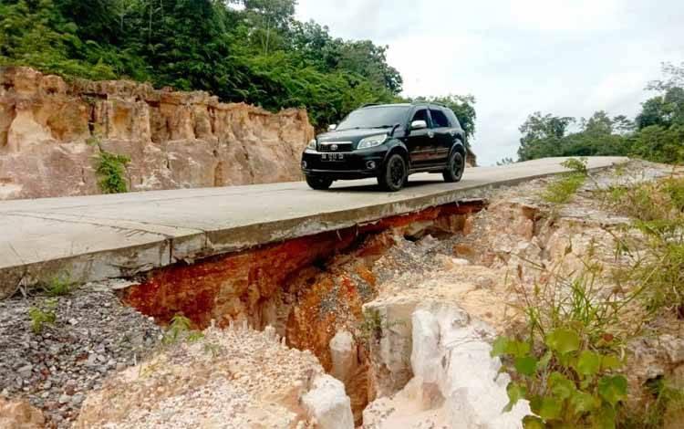 Salah satu titik longsor di ruas Jalan Lahei - Muara Bakah, Kecamatan Lahei