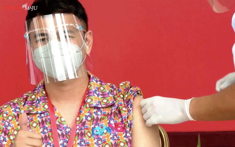 Raffi Ahmad mendapat vaksin COVID-19 di Istana Kepresidenan, Jakarta, Rabu (13/1/2021) (ANTARA/YouTube Sekretariat Presiden)