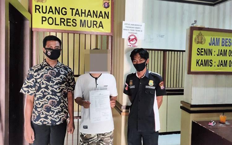 Pelaku persetubuhan anak bawah umur diapit polisi di Mapolres Murung Raya.