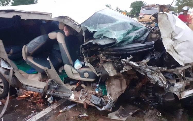 Kondisi mobil Kijang Inova ringsek setelah menghantam sisi kanan truk, Rabu, 13 Januari 2021.
