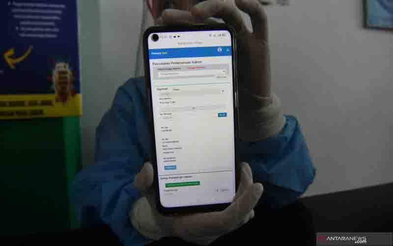 Petugas menunjukan registrasi calon penerima vaksin COVID-19 Sinovac saat simulasi di Puskesmas Kawatuna di Palu, Sulawesi Tengah, Rabu (13/1/2021). (foto : ANTARA FOTO/Mohamad Hamzah/aww.)