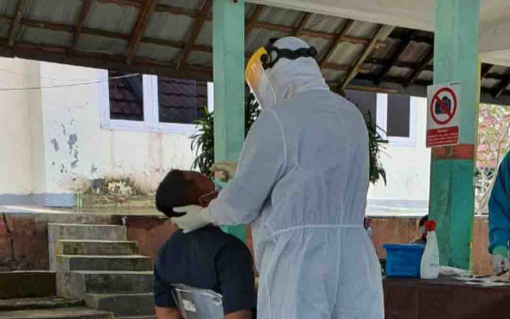 Proses pengambilan swab di RSUD Sultan Imanuddin Pangkalan Bun.