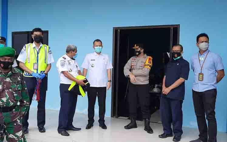 Bupati Gunung Mas Jaya S Monong, bersama FKPD dan pejabat daerah lainnya saat berada di Bandara Kuala Kurun.
