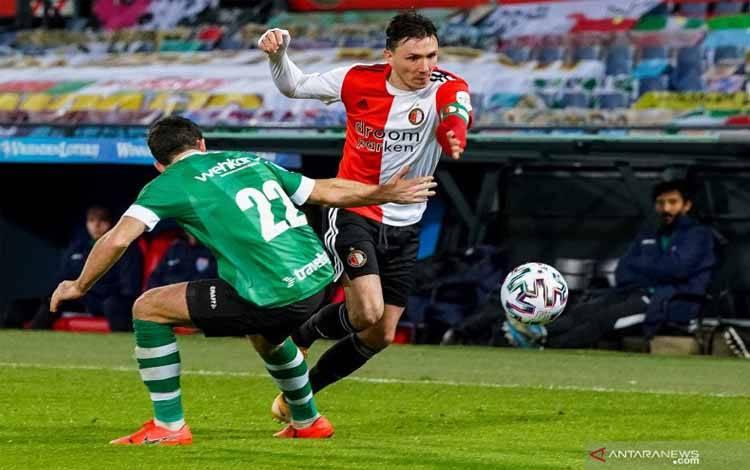 Aksi kapten Feyenoord Steven Berghuis saat melewati hadangan bek PEC Zwolle Pelle Clement saat keduanya bertemu dalam laga pekan ke-16 Liga Belanda di Stadion De Kuip, Rabu (13/1/2021)