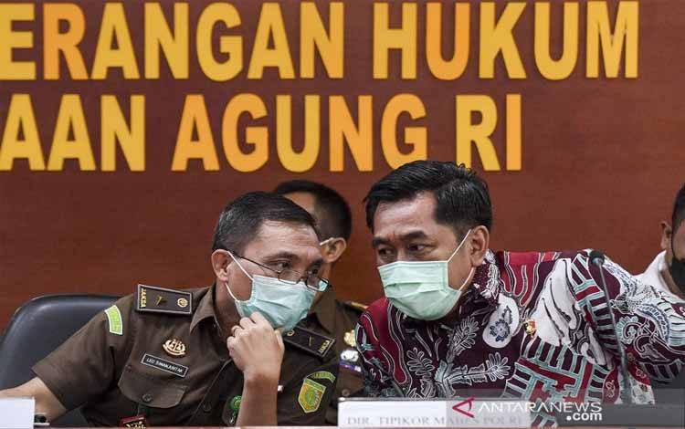 Kapuspenkum Kejaksaan Agung Leonard Eben Ezer Simanjuntak (kiri) bersama Dir Tipikor Bareskrim Polri, Brigjen Pol Djoko Poerwanto (kanan) berbincang saat memberikan keterangan pers usai menggelar gelar perkara penanganan kasus dugaan korupsi pada PT Asabri (Persero) di Kejaksaan Agung, Jakarta, Rabu (30/12/2020). Gelar perkara itu dilakukan untuk mengetahui bagaimana perkembangan kasus dugaan korupsi di Asabri ketika ditangani Polri yang saat ini ditangani oleh tim penyidik Pidana Khusus (Pidsus