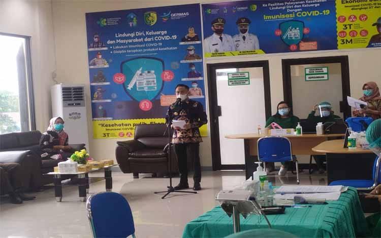 Wali Kota Palangka Raya Fairid Naparin membuka kegiatan vaksinasi Covid-19 di RSUD Kota, Kelurahan Kalampangan, Kecamatan Sebangau, Kamis 14 Januari 2021