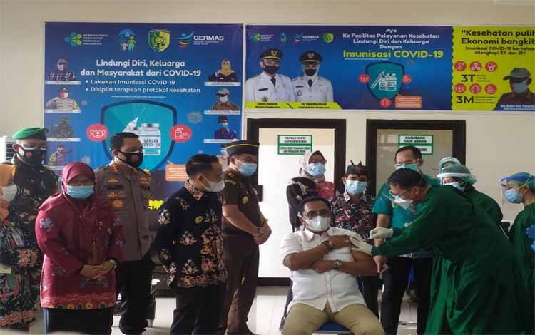 Ketua DPRD Kota Palangka Raya Sigit K Yunianto saat disuntik vaksin Covid-19