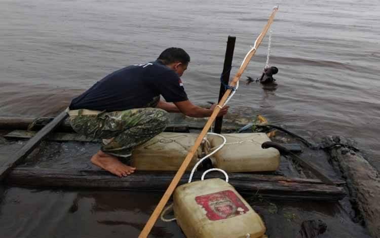 Komandan BKSDA Pos Jaga Sampit Muriansyah saat memasang pancing buaya