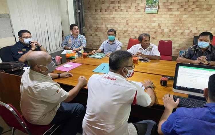 Ketua Harian KONI Kalteng Christian Sancho (kiri) memimpin jalannya rapat pembentukan Satgas Pelatprov jelang PON Papua 2021 yang dilaksanakan di Kota Palangka Raya, Rabu (13/1/2021)