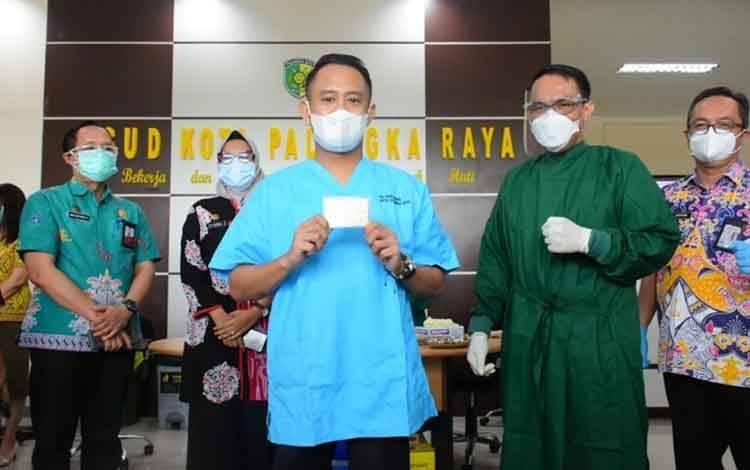Wali Kota Palangka Raya Fairid Naparin setelah disuntik Vaksin Covid-19
