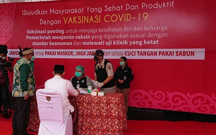 Wakil Gubernur Kalteng Habib Said Ismail Bin Yahya saat mendampingi dan memantai pelaksaan vaksinasi pertama Kalteng