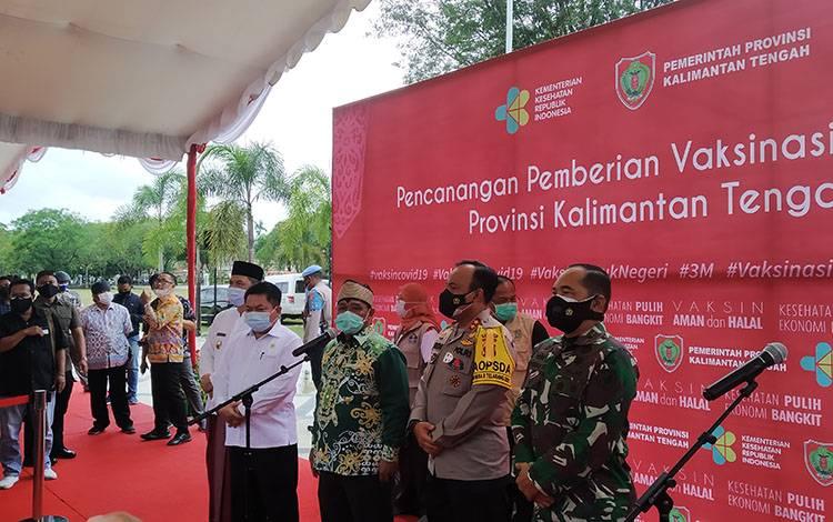Wakil Gubernur Kalteng Habib Ismail Bin Yahya (tiga dari kanan) menyampaikan terkait vaksinasi Covid-19.