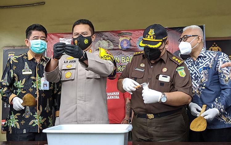 Kapolres Kotim AKBP Abdoel Harris Jakin, bersama pejabat daerah saat menunjukkan barang bukti narkoba.