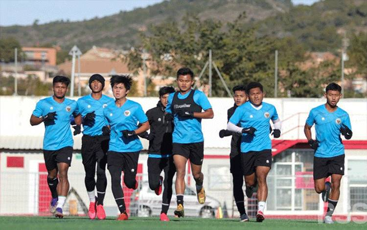 Tim nasional Indonesia U-19 terus mengasah kemampuan pada pemusatan latihan (TC) di Spanyol. TC yang berlokasi di kota Salou, Tarragona tersebut direncanakan hingga 31 Januari 2021. ANTARA/HO-PSSI/pri. (ANTARA/HO-PSSI)