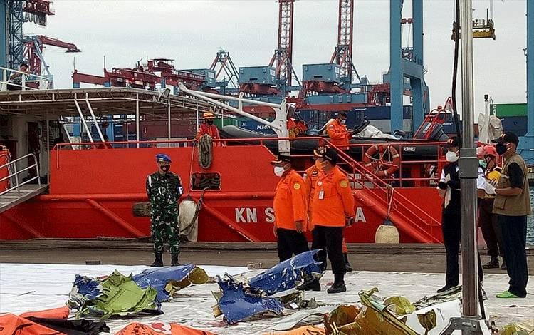 Tim SAR gabungan kembali menemukan tujuh properti pesawat Sriwijaya Air SJ 182, Posko SAR di JICT II Tanjung Priok, Jakarta, Kamis (14/01/2021). (ANTARA/Martha Herlinawati)