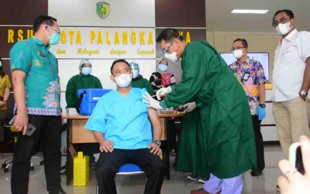 Wali Kota Palangka Raya, Fairid Naparin saat disuntik vaksin covid-19, Kamis, 14 Januari 2021.