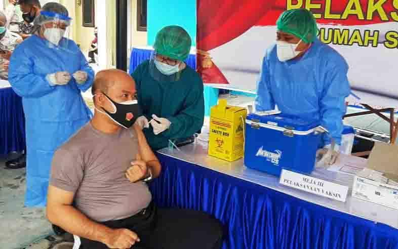 Proses vaksinasi covid-19 di RS Bhayangkara Palangka Raya, Kamis, 14 Januari 2021.