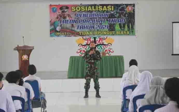 Danramil 1016-08 Tumbang Miri. Lettu Inf Juni Wijaya saat sosialisasi penerimaan calon prajurit TNI AD di aula Makodim Palangka Raya, Kamis, 14 Januari 2021.