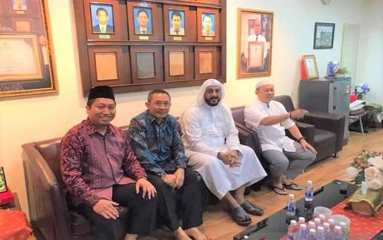 Syekh Ali Saleh Mohammed Ali Jaber (ketiga dari kiri) beberapa waktu lalu saat berkunjung ke KBRI Kuala Lumpur