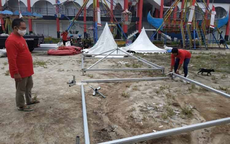 Pihak panitia Bazar UMKM Jelawat saat mempersiapkan lokasi kegiatan,  Jumat, 15 Januari 2021.