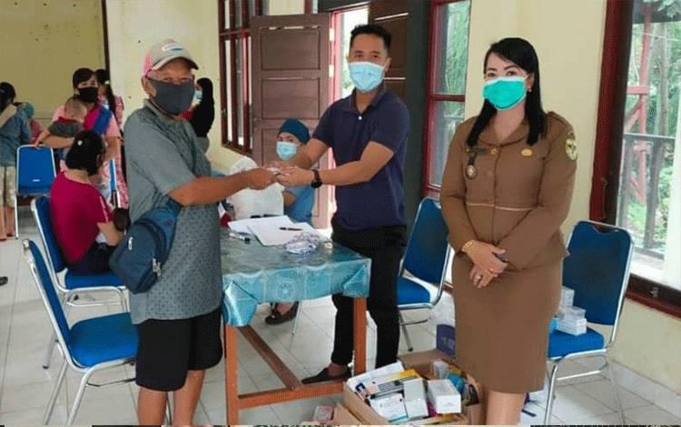 Seorang lansia asal Kelurahan Tumbang Talaken mendapat bantuan obat-obatan dan vitamin pada tahun 2020 lalu.