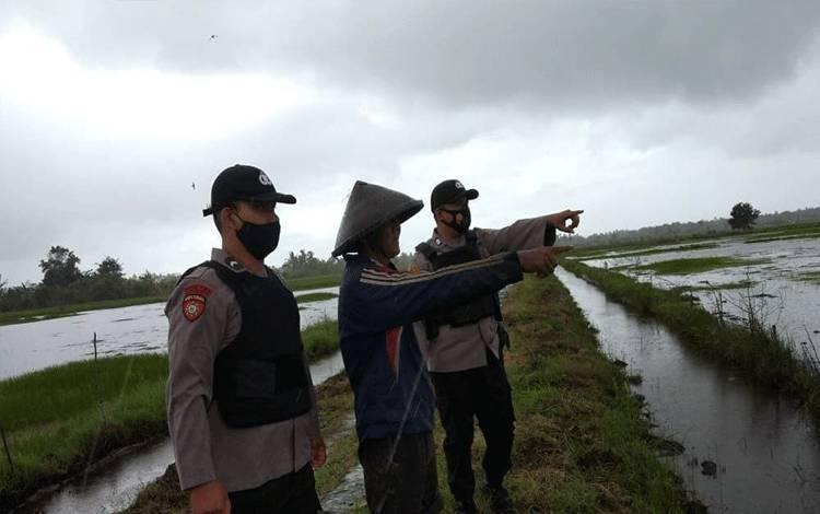 Personel Polsek Seruyan Hilir saat menyambangi para petani di wilayah setempat.