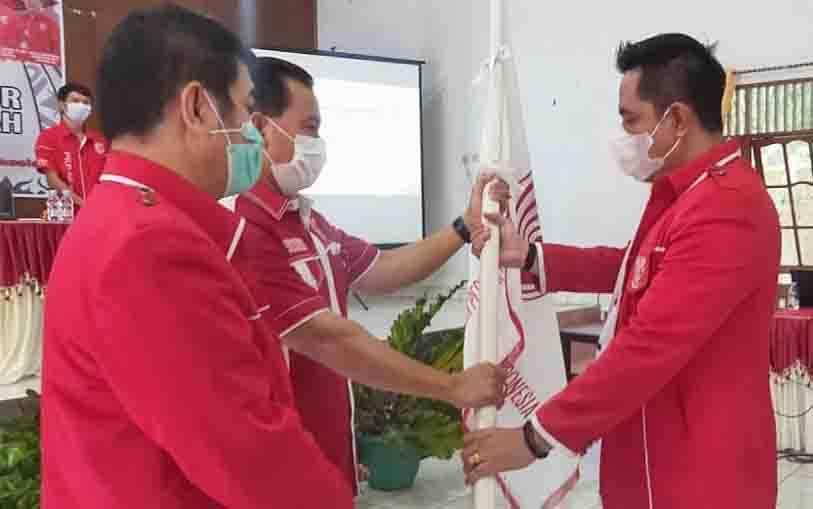 Ariantho S Muler saat menerima bendera PKPI dari Ketua DPP PKPI Kalteng Ergan Tunjung, Sabtu, 16 Januari 2021.
