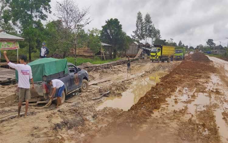 Kondisi jalan Pangkalan Bun - Kolam rusak dan masih dalam proses perbaikan