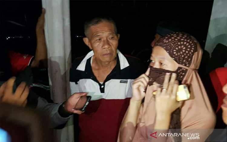 Vivi, istri Rion Yogatama yang masuk manifes penumpang Sriwijaya Air SJY182 saat memberi keterangan terkait suaminya di Lubuklinggau, Sabtu (9/1/2021)