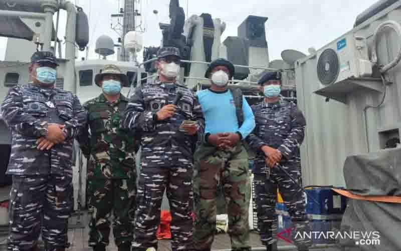 Kolonel Laut (P) Teddie Bernars, selaku Wadan Satgas SAR TNI AL di KRI Rigeel-933, memberikan keterangan pers hasil pencarian operasi SAR Srijaya Air SJ182 di hari kesembilan, Minggu (17/1/2021). (foto : ANTARA/Fauzi Lamboka)