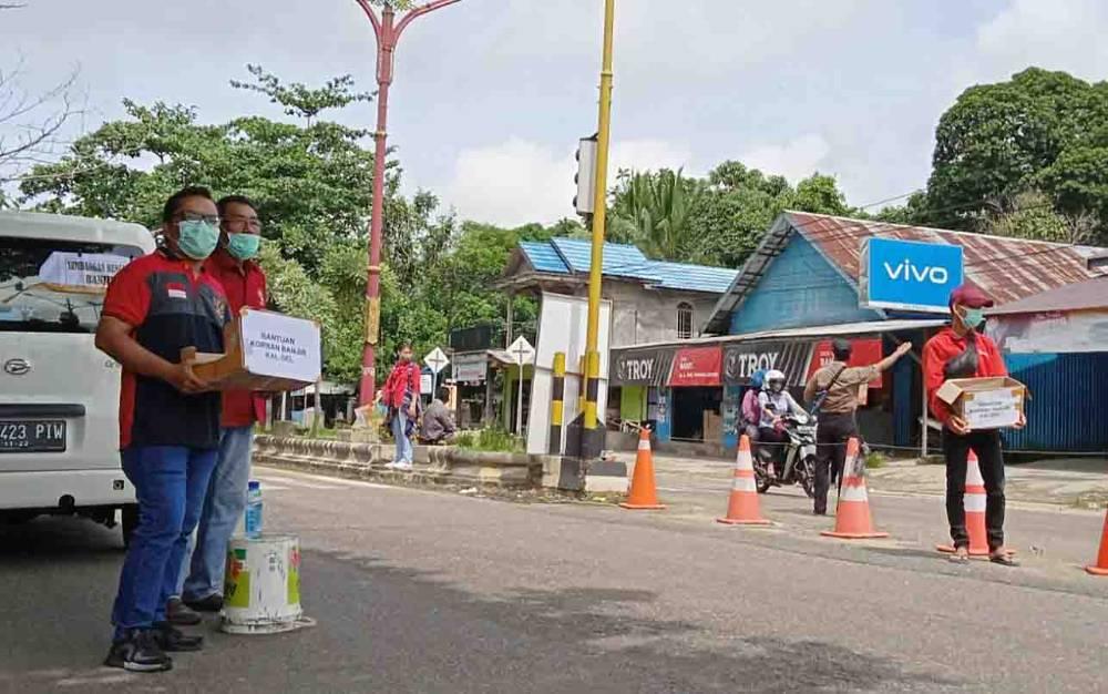 Anggota API Barito Timur menggalang bantuan untuk korban bencana banjir di Kalsel, Senin, 18 Januari 2021.