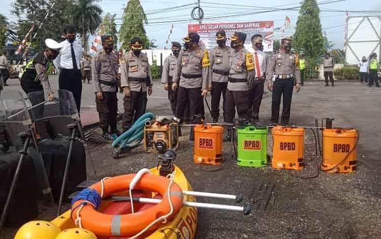 Kapolres Barito Selatan AKBP Agung Tri Widiantoro bersama kabag ops melihat sarana dan prasarana