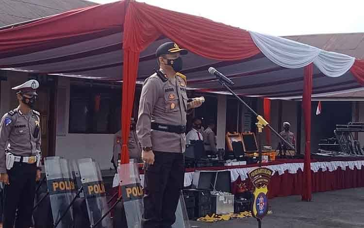 Kapolres Barito Selatan AKBP Agung Tri Widiantoro memimpin apel gelar personel dan sarpras