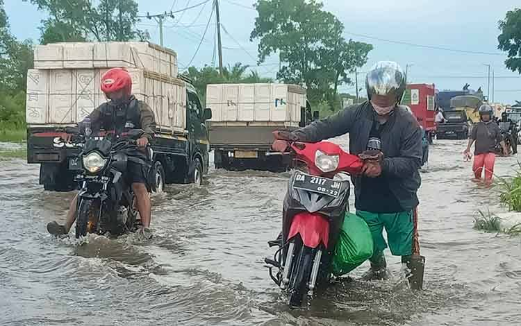 Ruas Jalan Trans Kalimantan 11 Batola Kalimantan Selatan Masih Terendam Banjir, Begini Kondisinya