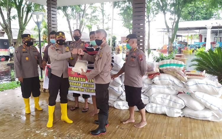 Karoops Polda Kalteng Kombes I Wayan Wisaksono saat menyerahkan bantuan sembako secara simbolis ke Posko Polresta Banjarmasin.