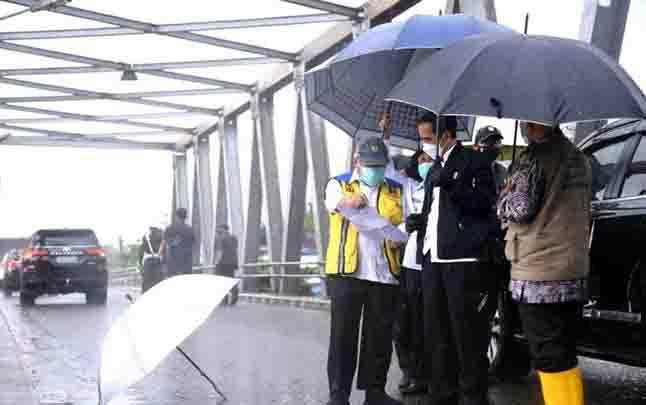 Presiden Joko Widodo meninjau sungai Martapura dari jembatan Pakauman yang berada di Kecamatan Martapura Timur, Kabupaten Banjar, Provinsi Kalimantan Selatan, Senin, 18 Januari 2021. (Foto: Biro Pers Sekretariat Presiden)