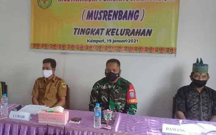 Babinsa Koramil 1016-03 Sepang, Serda Anang Bahriansyah (baju loreng) saat menghadiri Musrenbang Kelurahan Kampuri. Selasa, 19 Januari 2021