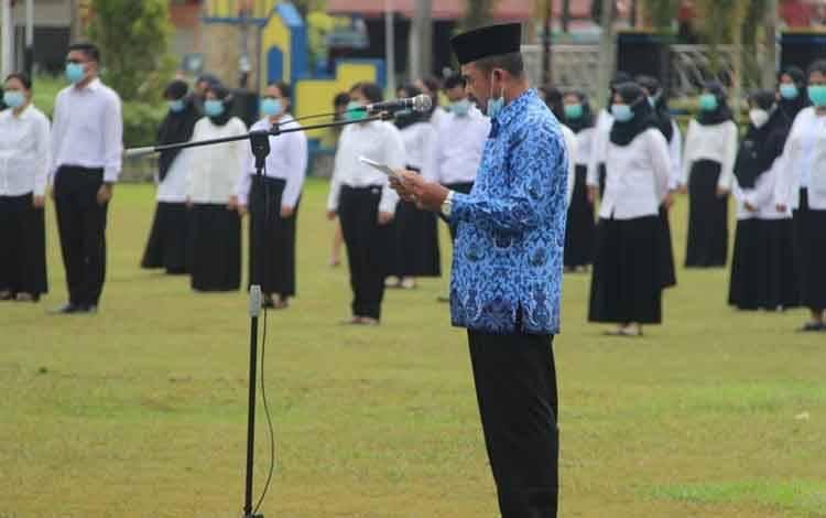 Kepala BKPSDM Palangka Raya, Sabirin Muhtar saat membacakan SK CPNS, Senin 18 Januari 2021