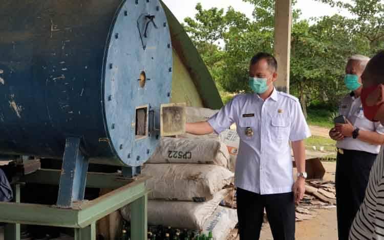 Bupati Gumas Jaya S Monong melihat lokasi TPA