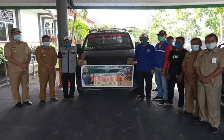 Bupati Sukamara, Windu Subagio dan Wabup Sukamara, H Ahmadi berfoto bersama Karang Taruna dan Tanaga yang akan mengantar logistik ke Kalimantan Selatan.