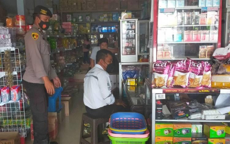 Anggota Polsek Rungan cek harga barang di toko di Desa Tumbang Jutuh.