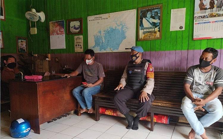 Personel Polsek Seruyan Hilir saat memberikan sosialisasi protokol kesehatan kepada sopir di salah satu travel di Kuala Pembuang.